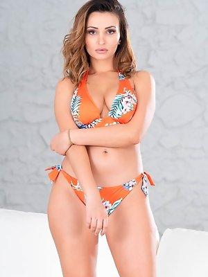 Alyssia Kent Enjoys Nudism and More…